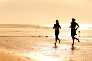 sport_couple_jogging_on_the_beach_silhouette_dreamstimeextrasmall_19042968.jpg